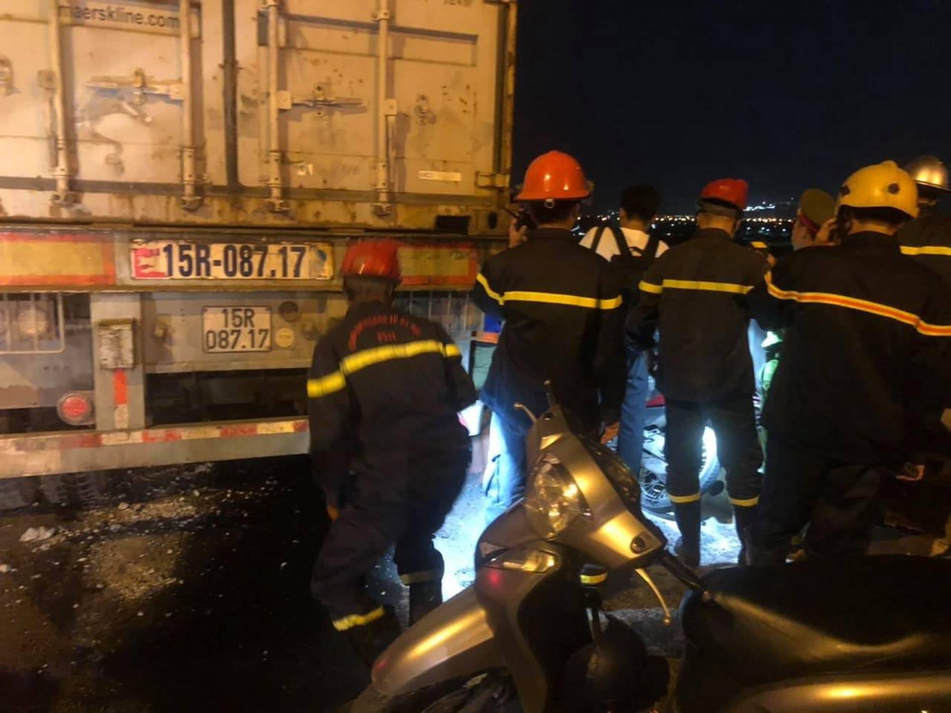 Hà Nội: Container nghi mất lái tông một loạt xe máy trên cầu Thanh Trì rớt xuống sông, ít nhất 3 người bị thương-6