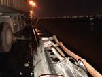 Vụ container đâm hàng loạt xe trên cầu Thanh Trì khiến 1 người rơi xuống sông: Nạn nhân sống sót kể lại sự việc-4