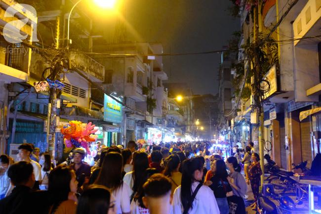 Biển người chôn chân ở phố bích họa Phùng Hưng, trẻ nhỏ hào hứng cùng bố mẹ đón Tết Trung thu-21