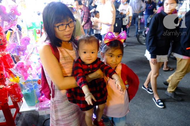 Biển người chôn chân ở phố bích họa Phùng Hưng, trẻ nhỏ hào hứng cùng bố mẹ đón Tết Trung thu-30