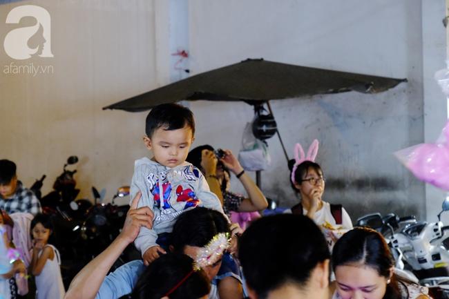 Biển người chôn chân ở phố bích họa Phùng Hưng, trẻ nhỏ hào hứng cùng bố mẹ đón Tết Trung thu-31