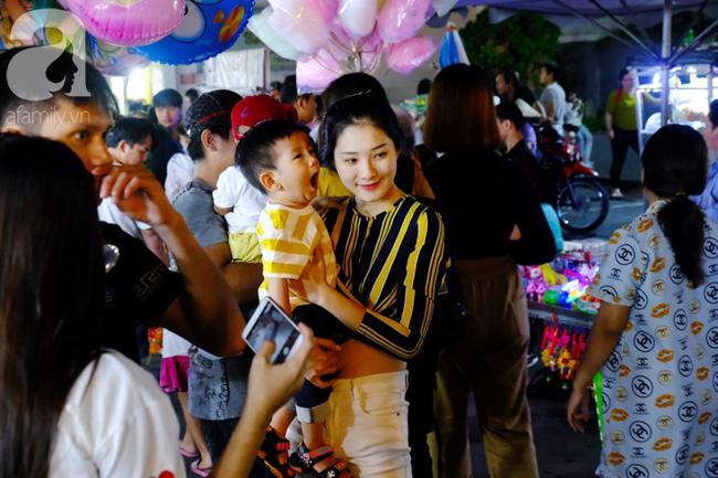 Biển người chôn chân ở phố bích họa Phùng Hưng, trẻ nhỏ hào hứng cùng bố mẹ đón Tết Trung thu-32