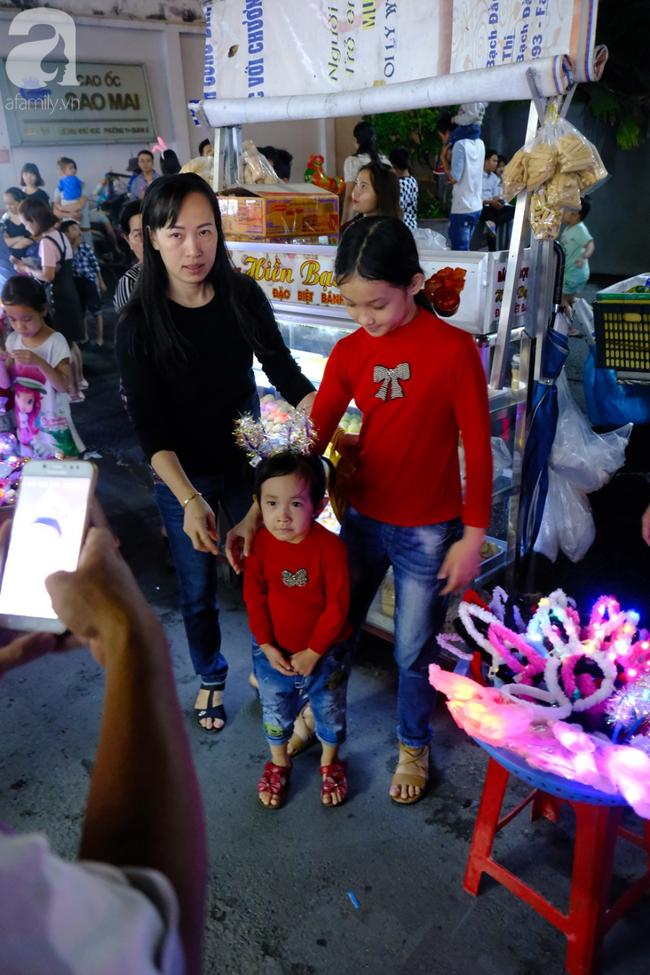 Biển người chôn chân ở phố bích họa Phùng Hưng, trẻ nhỏ hào hứng cùng bố mẹ đón Tết Trung thu-33