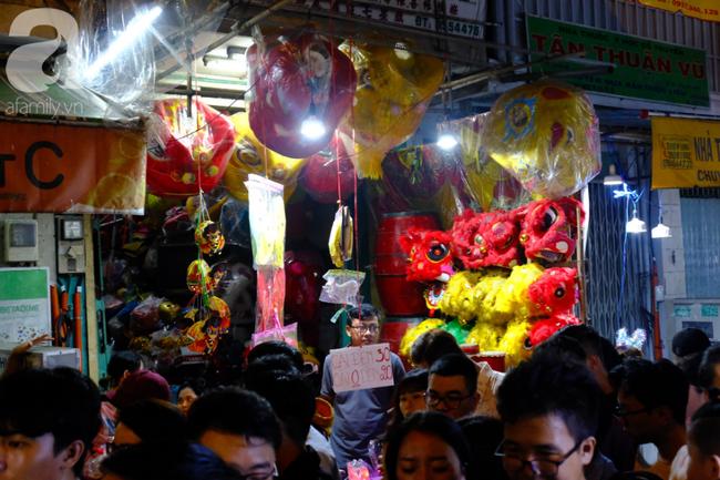 Biển người chôn chân ở phố bích họa Phùng Hưng, trẻ nhỏ hào hứng cùng bố mẹ đón Tết Trung thu-38