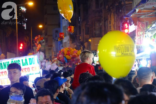 Biển người chôn chân ở phố bích họa Phùng Hưng, trẻ nhỏ hào hứng cùng bố mẹ đón Tết Trung thu-27