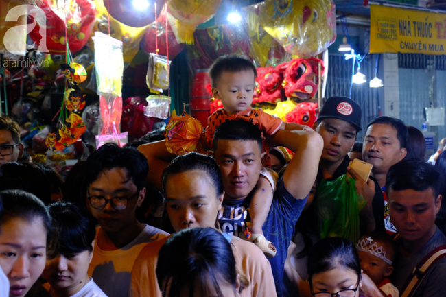 Biển người chôn chân ở phố bích họa Phùng Hưng, trẻ nhỏ hào hứng cùng bố mẹ đón Tết Trung thu-22