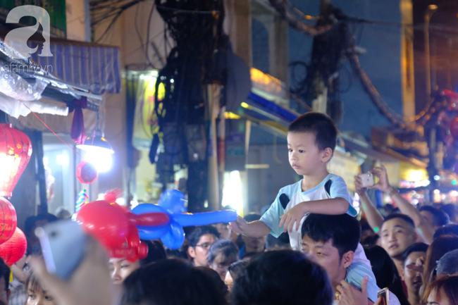 Biển người chôn chân ở phố bích họa Phùng Hưng, trẻ nhỏ hào hứng cùng bố mẹ đón Tết Trung thu-24