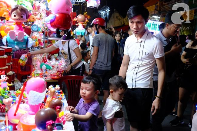 Biển người chôn chân ở phố bích họa Phùng Hưng, trẻ nhỏ hào hứng cùng bố mẹ đón Tết Trung thu-34