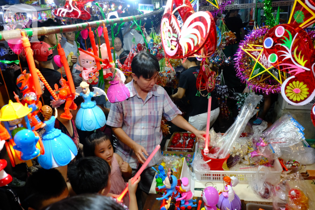 Biển người chôn chân ở phố bích họa Phùng Hưng, trẻ nhỏ hào hứng cùng bố mẹ đón Tết Trung thu-26