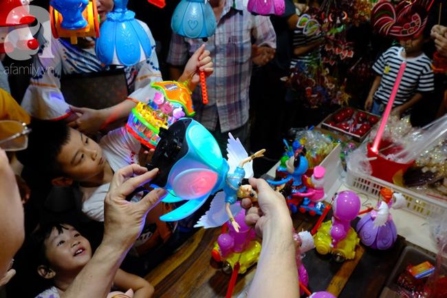 Biển người chôn chân ở phố bích họa Phùng Hưng, trẻ nhỏ hào hứng cùng bố mẹ đón Tết Trung thu-36