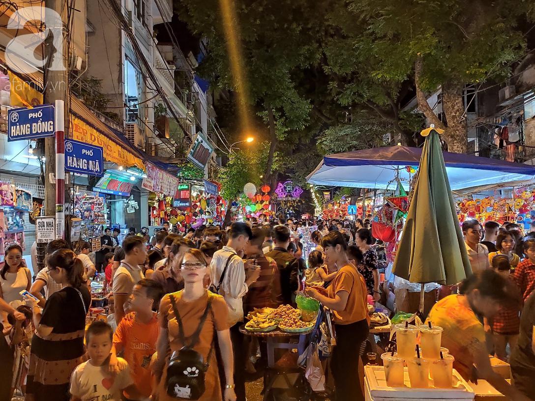 Biển người chôn chân ở phố bích họa Phùng Hưng, trẻ nhỏ hào hứng cùng bố mẹ đón Tết Trung thu-16