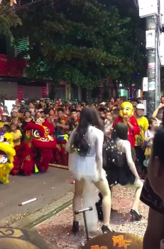Phản cảm hình ảnh 2 cô gái nhảy nhót, uốn éo hở cả nội y trên phố Hà Nội trong đêm Trung thu-1
