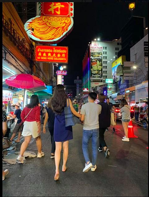 Đàm Thu Trang đi chân đất, nắm tay Cường đô la trên đường phố-1