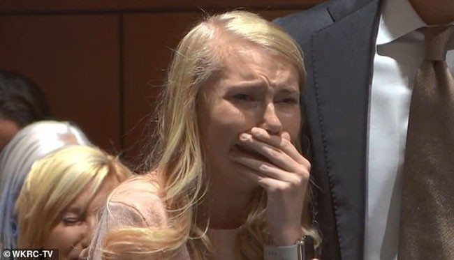 Hot girl xinh đẹp bị nghi giết con mới đẻ rồi thiêu xác phi tang bật khóc khi nghe phán quyết cuối cùng của tòa án-1