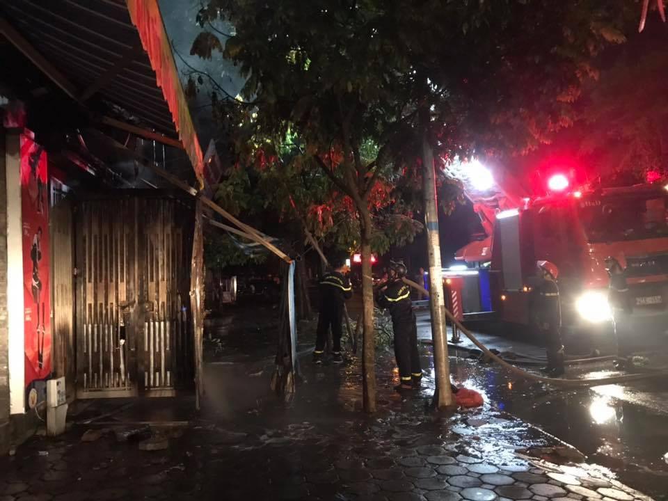 Hà Nội: Cháy ngôi nhà 3 tầng trong khu Đô thị Xa La ngay đêm Trung thu, một xe ô tô bị thiêu rụi-4