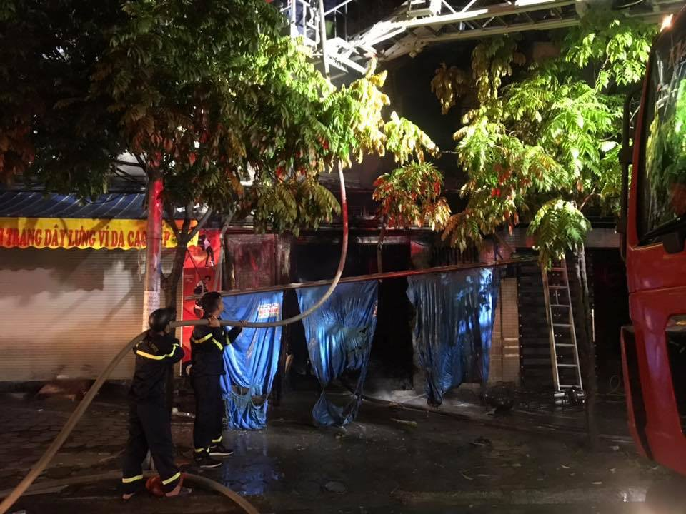 Hà Nội: Cháy ngôi nhà 3 tầng trong khu Đô thị Xa La ngay đêm Trung thu, một xe ô tô bị thiêu rụi-2