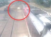 Nữ tài xế lái xe vượt đèn đỏ, ô tô bị tàu hỏa tông suýt xẻ làm đôi