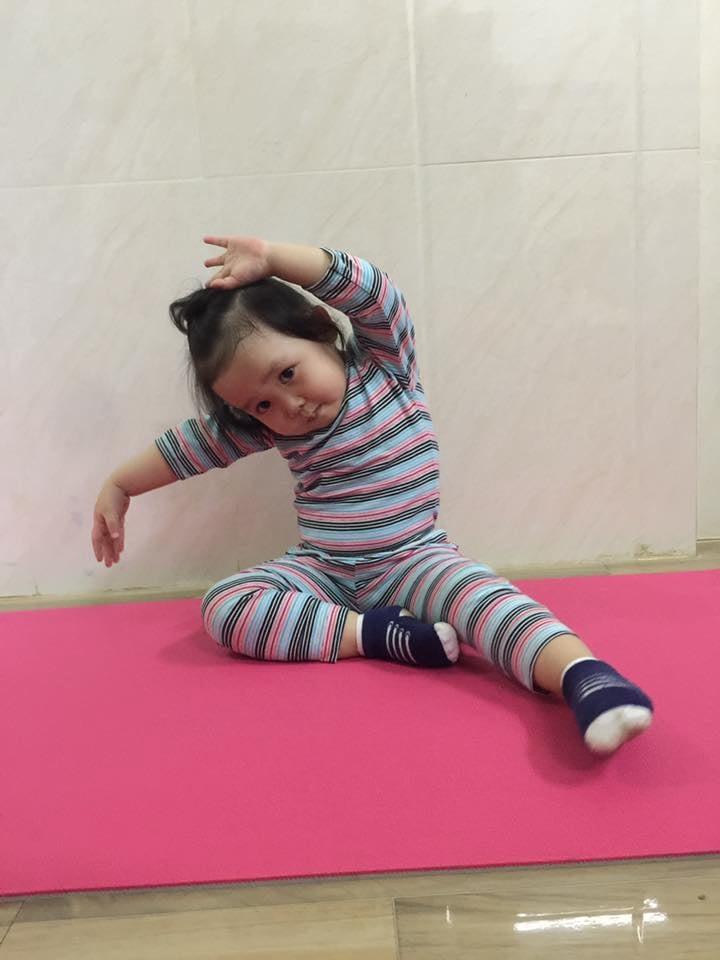 Bé 2 tuổi với 1001 tư thế tập yoga khiến dân mạng phì cười vì quá đáng yêu-1