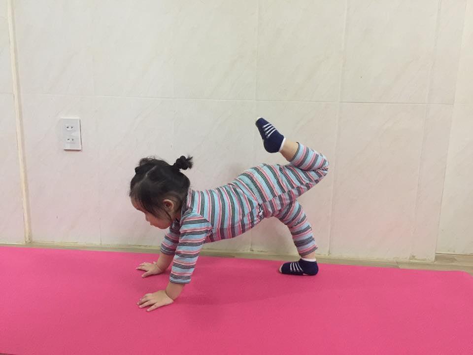 Bé 2 tuổi với 1001 tư thế tập yoga khiến dân mạng phì cười vì quá đáng yêu-2