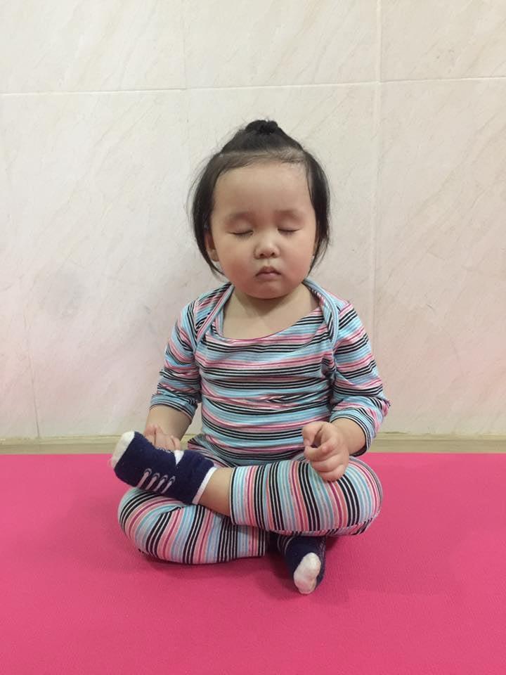 Bé 2 tuổi với 1001 tư thế tập yoga khiến dân mạng phì cười vì quá đáng yêu-4