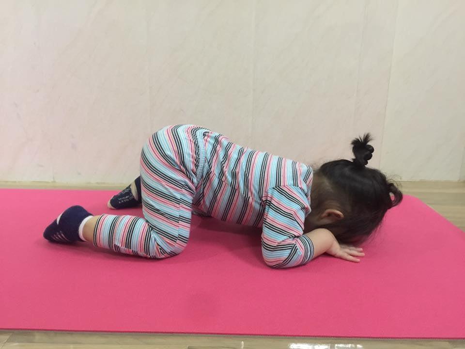 Bé 2 tuổi với 1001 tư thế tập yoga khiến dân mạng phì cười vì quá đáng yêu-5