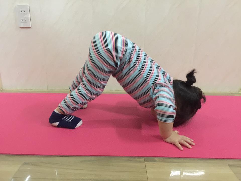 Bé 2 tuổi với 1001 tư thế tập yoga khiến dân mạng phì cười vì quá đáng yêu-6