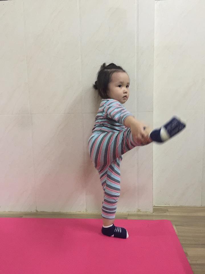Bé 2 tuổi với 1001 tư thế tập yoga khiến dân mạng phì cười vì quá đáng yêu-7