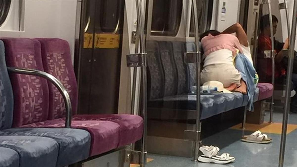 Cặp đôi thản nhiên đóng phim tình cảm trên tàu điện ngầm đông người nhưng cư dân mạng lại bày tỏ phản ứng không ngờ-1