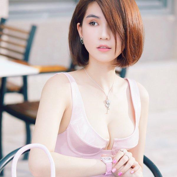 Hết dùng hoa làm nội y, Ngọc Trinh lại khiến dân tình dậy sóng vì diện bikini siêu nhỏ-8