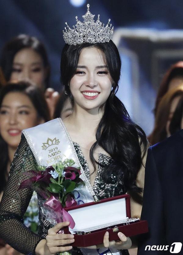 Tân Hoa hậu Hàn Quốc lộ nhan sắc thật trong ảnh selfie, Knet gay gắt: Không thể tin nổi đây là nhan sắc của Hoa hậu-3