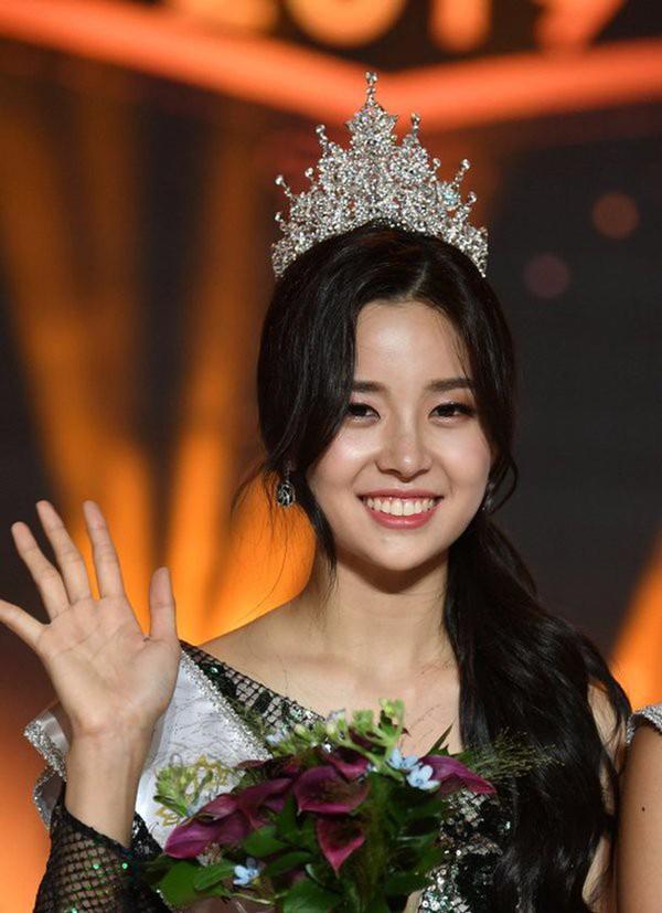 Tân Hoa hậu Hàn Quốc lộ nhan sắc thật trong ảnh selfie, Knet gay gắt: Không thể tin nổi đây là nhan sắc của Hoa hậu-2