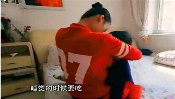 Cậu bé 7 tuổi không thể cai ti mẹ, mới đi học đã bị nhà trường trả về vì tìm mẹ cả ngày-1