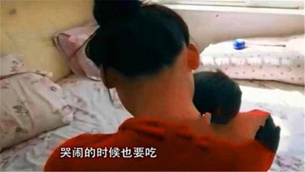 Cậu bé 7 tuổi không thể cai ti mẹ, mới đi học đã bị nhà trường trả về vì tìm mẹ cả ngày-2