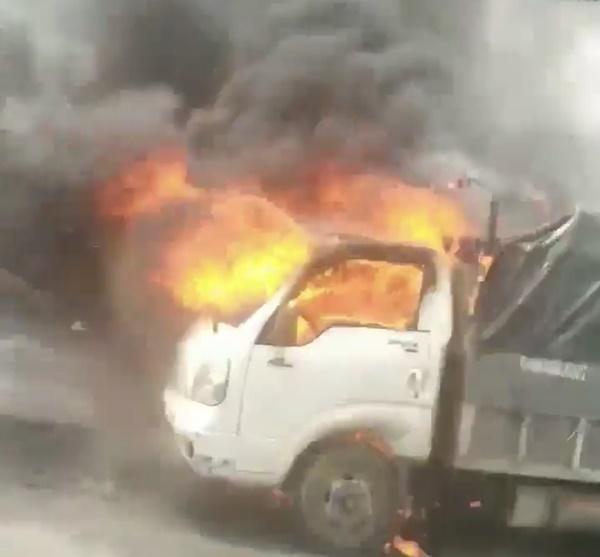 Xe tải đang chạy bỗng cháy ngùn ngụt trên cao tốc Hạ Long - Hải Phòng-1