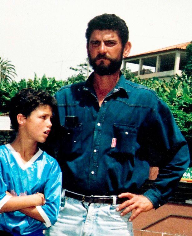Ronaldo nức nở khi xem lại thước phim về người cha đã mất-2