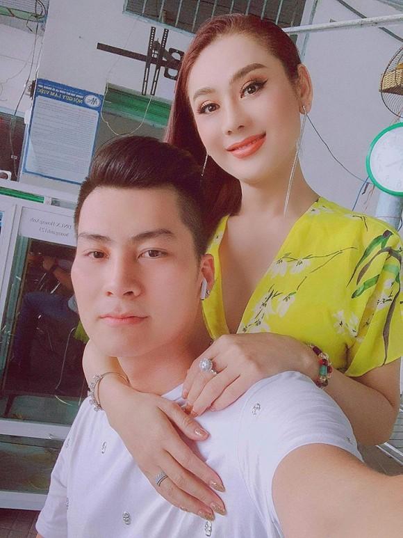 Đăng hình ảnh đón Trung thu, Lâm Khánh Chi để lộ mối quan hệ với bố mẹ chồng-1