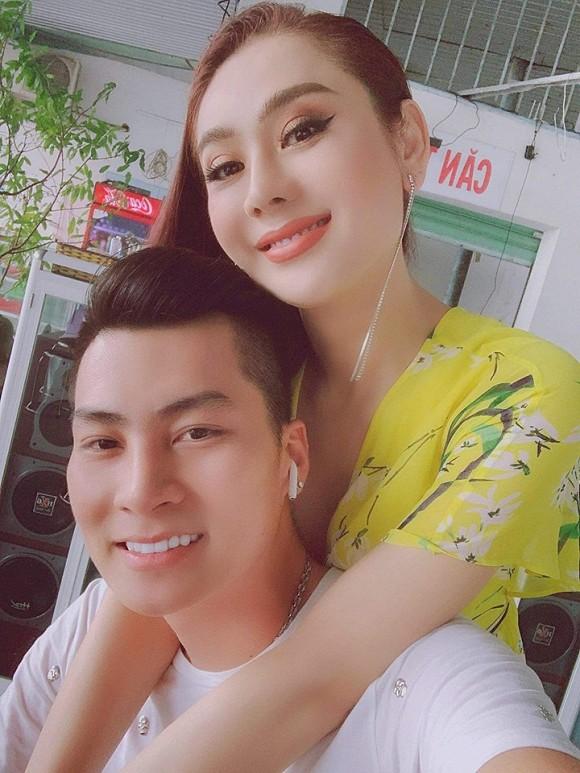 Đăng hình ảnh đón Trung thu, Lâm Khánh Chi để lộ mối quan hệ với bố mẹ chồng-2