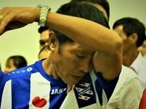 Bố Văn Hậu khóc khi tiễn con trai sang Hà Lan