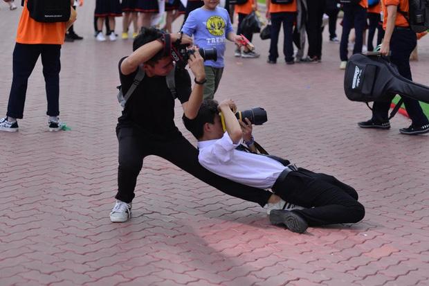 """Tạo dáng đỉnh cao như vũ công ba lê"""" lúc tác nghiệp chụp ảnh, hai nam sinh khiến dân mạng cười bò-1"""