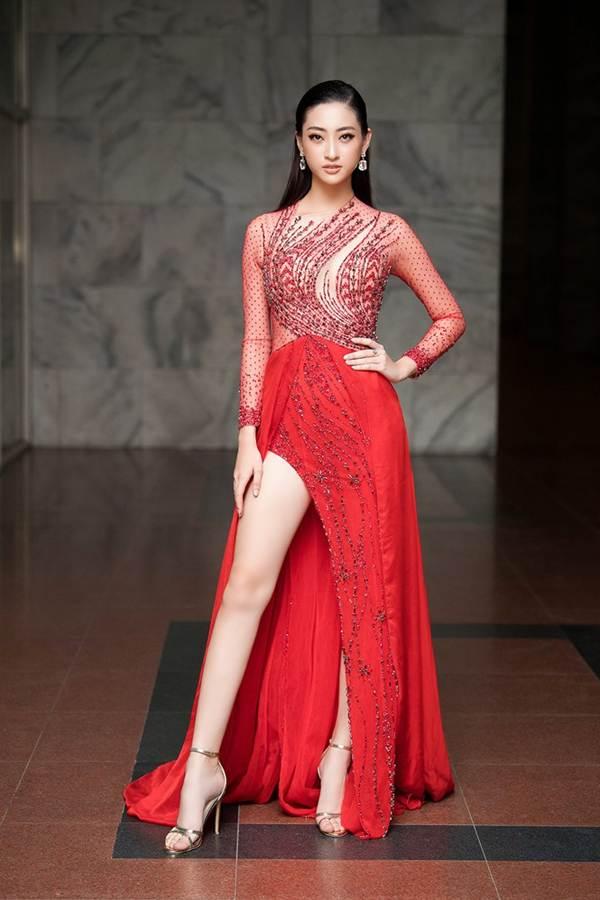 Hoa hậu Lương Thuỳ Linh diện váy xuyên thấu gợi cảm, tự tin đọ sắc các đàn chị-1