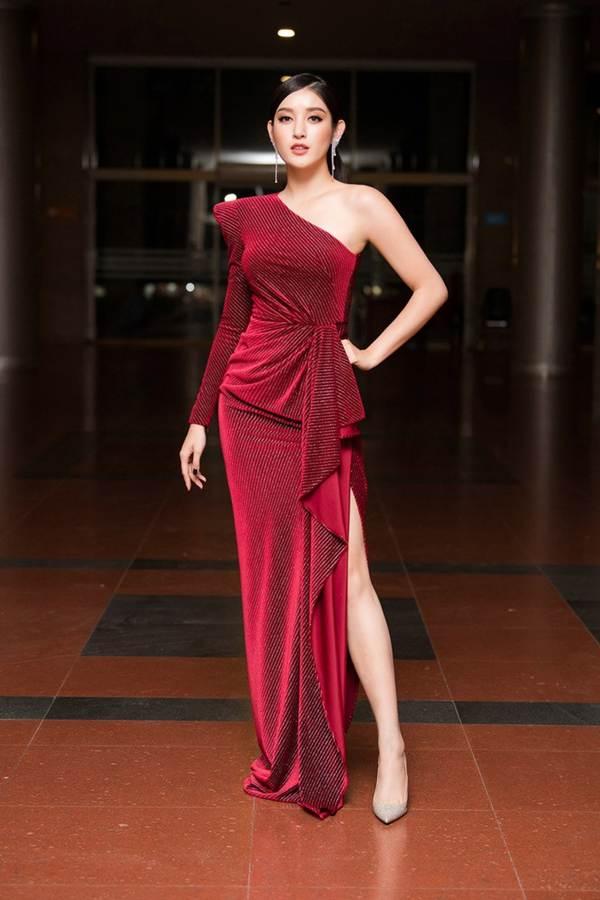Hoa hậu Lương Thuỳ Linh diện váy xuyên thấu gợi cảm, tự tin đọ sắc các đàn chị-6