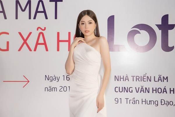 Hoa hậu Lương Thuỳ Linh diện váy xuyên thấu gợi cảm, tự tin đọ sắc các đàn chị-9