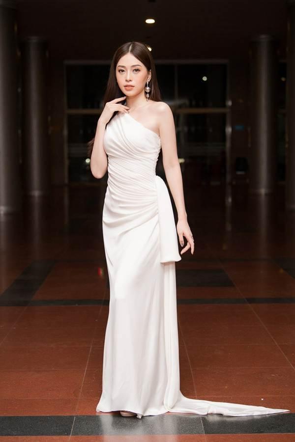 Hoa hậu Lương Thuỳ Linh diện váy xuyên thấu gợi cảm, tự tin đọ sắc các đàn chị-10