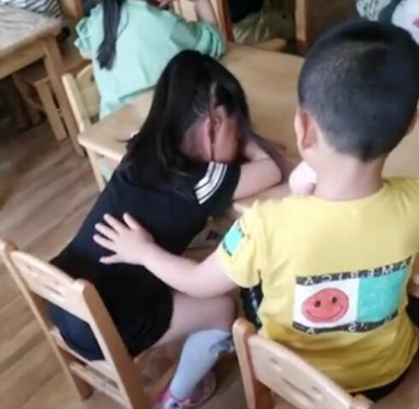 Cô giáo gửi ảnh con vui chơi với các bạn ở trường mẫu giáo, mẹ phát hiện điều bất thường-3