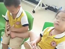 Cô giáo gửi ảnh con vui chơi với các bạn ở trường mẫu giáo, mẹ phát hiện điều bất thường