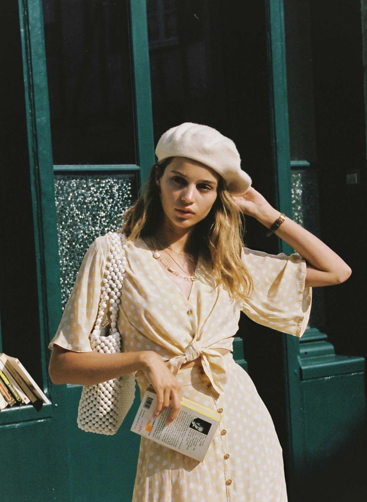 Diện đồ bình dân mà vẫn đẳng cấp, đó là vì phụ nữ Pháp luôn ưu tiên cho những item có họa tiết và chất liệu này-6