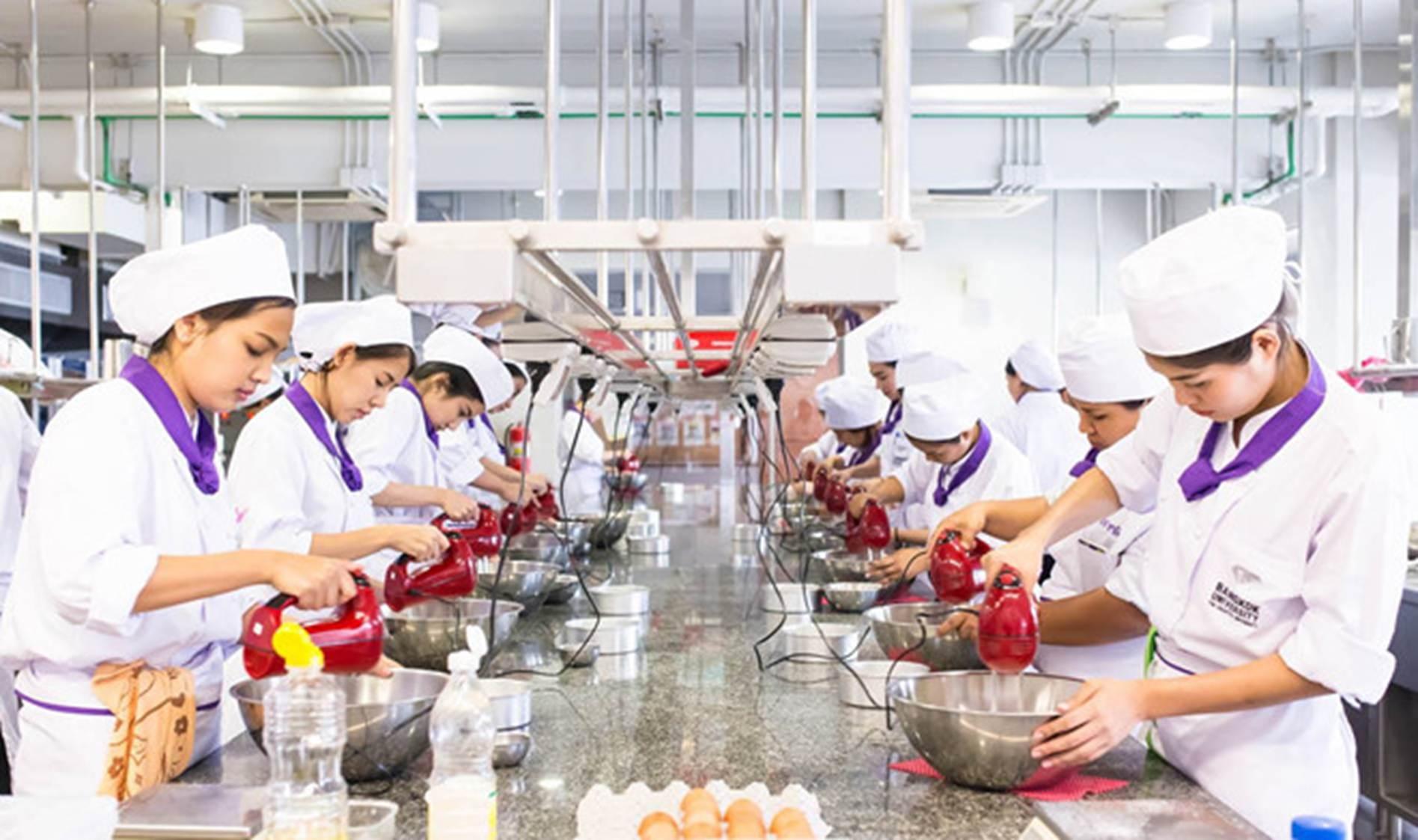 Đại học ở Thái Lan có đồng phục đầu bếp, bartender cho sinh viên-4