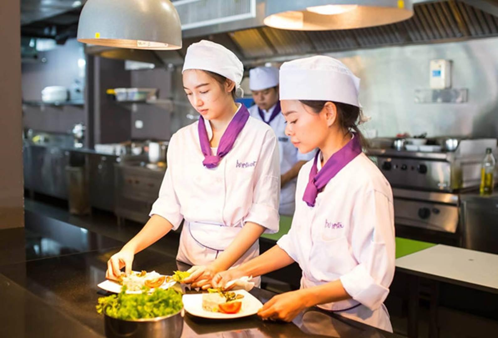 Đại học ở Thái Lan có đồng phục đầu bếp, bartender cho sinh viên-5