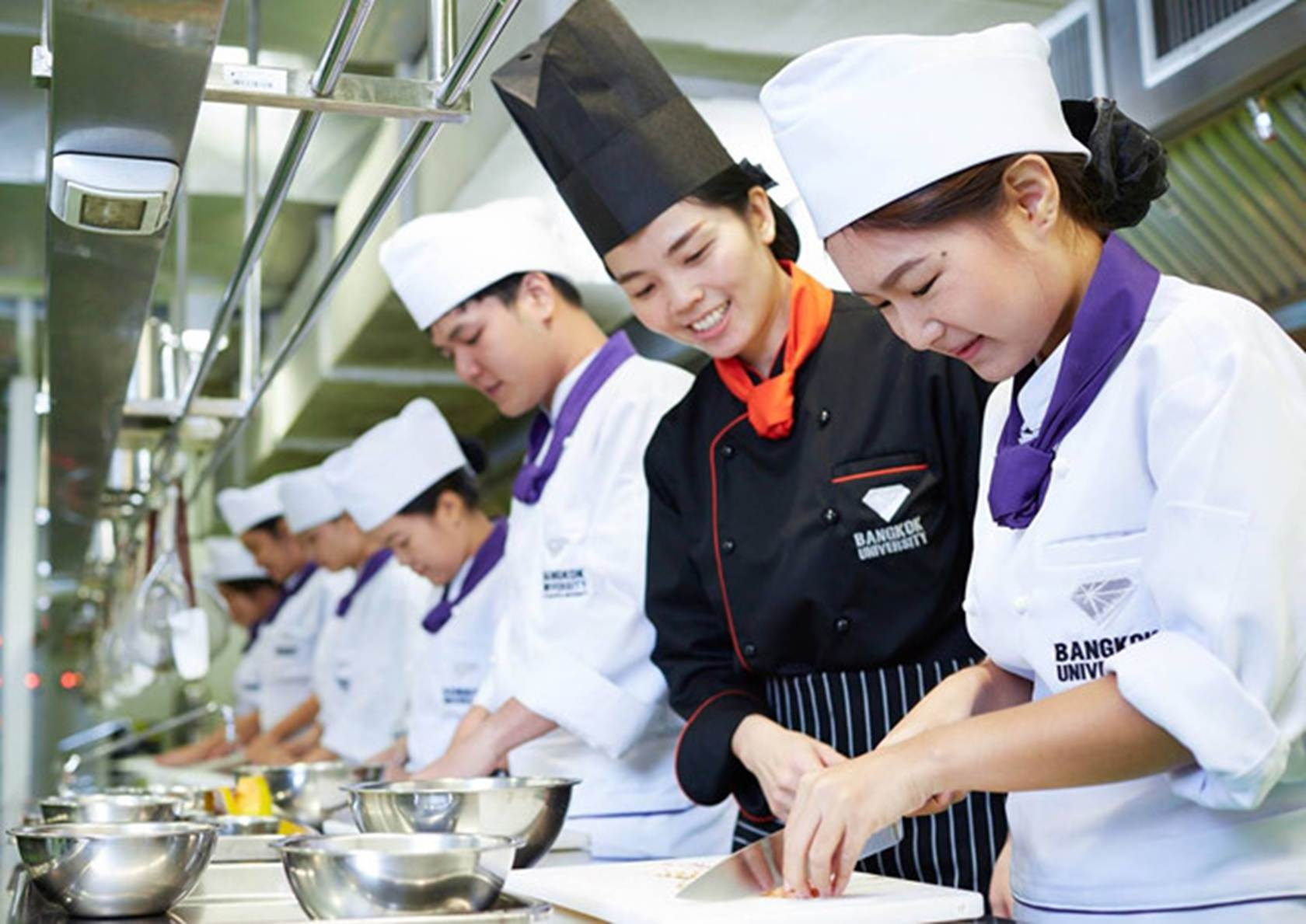 Đại học ở Thái Lan có đồng phục đầu bếp, bartender cho sinh viên-6