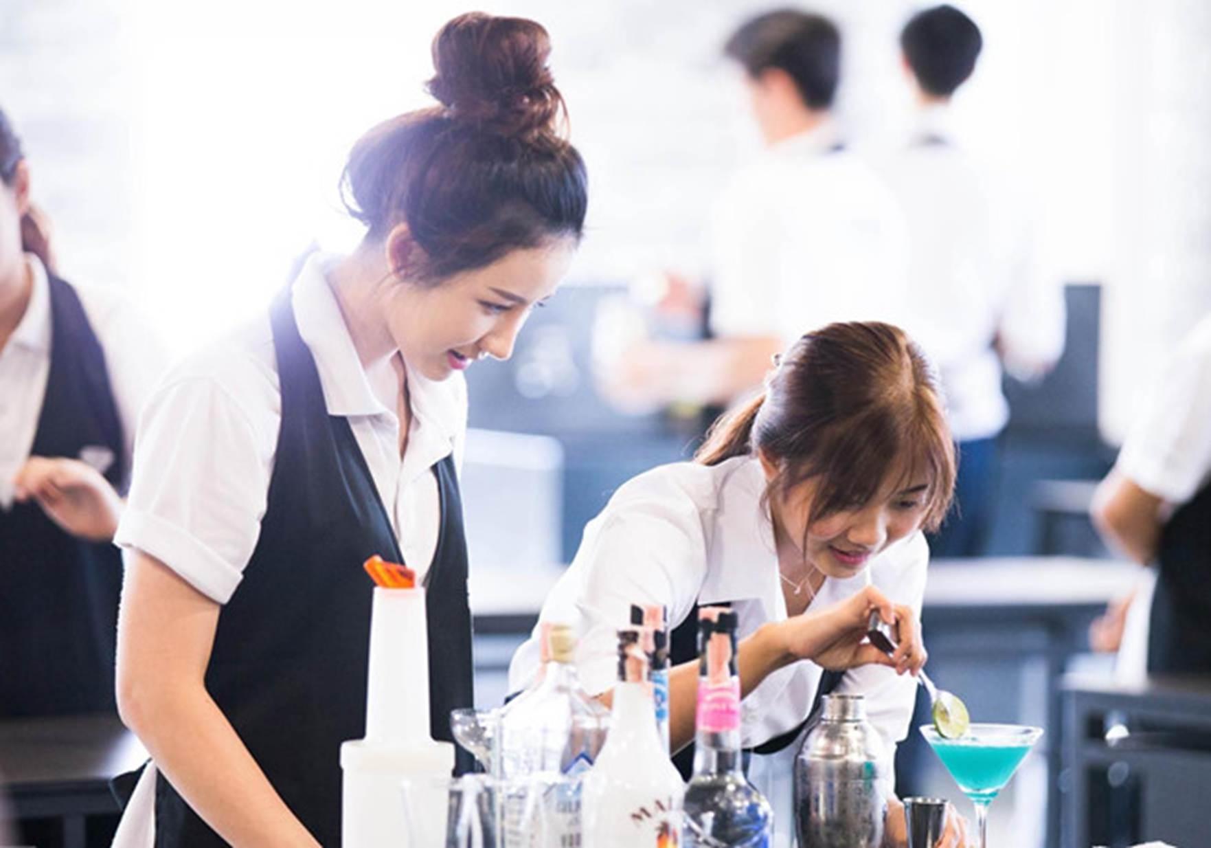 Đại học ở Thái Lan có đồng phục đầu bếp, bartender cho sinh viên-11